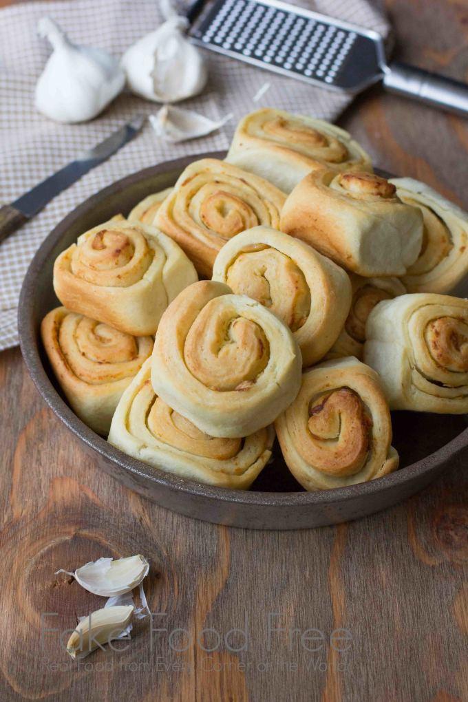 Roasted Garlic Dinner Rolls | Fake Food Free #bread #homemade #recipe